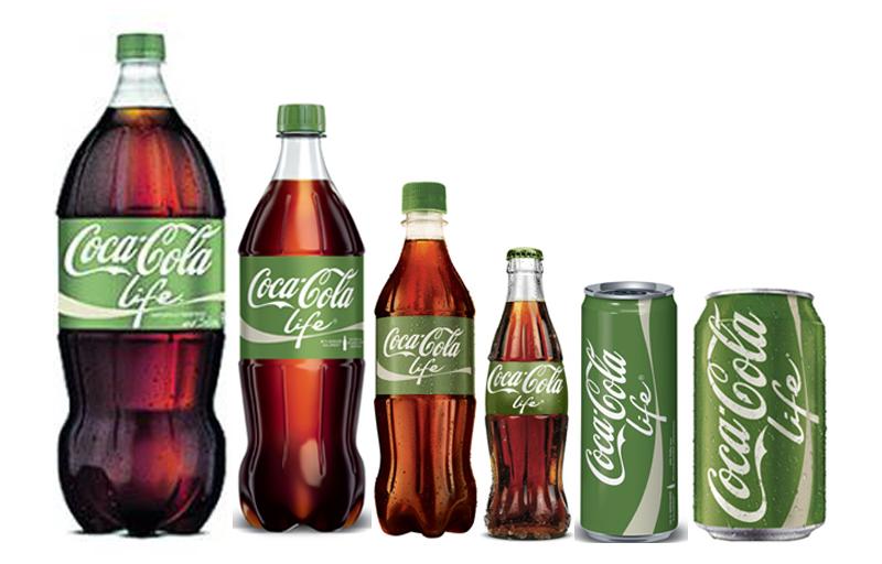 Ley de la extensión de línea. En este caso Coca Cola Life, uno de los innumerables productos y en todos los formatos posibles